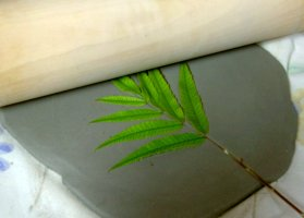 cheap pottery gift ideas imprinting leaf in clay